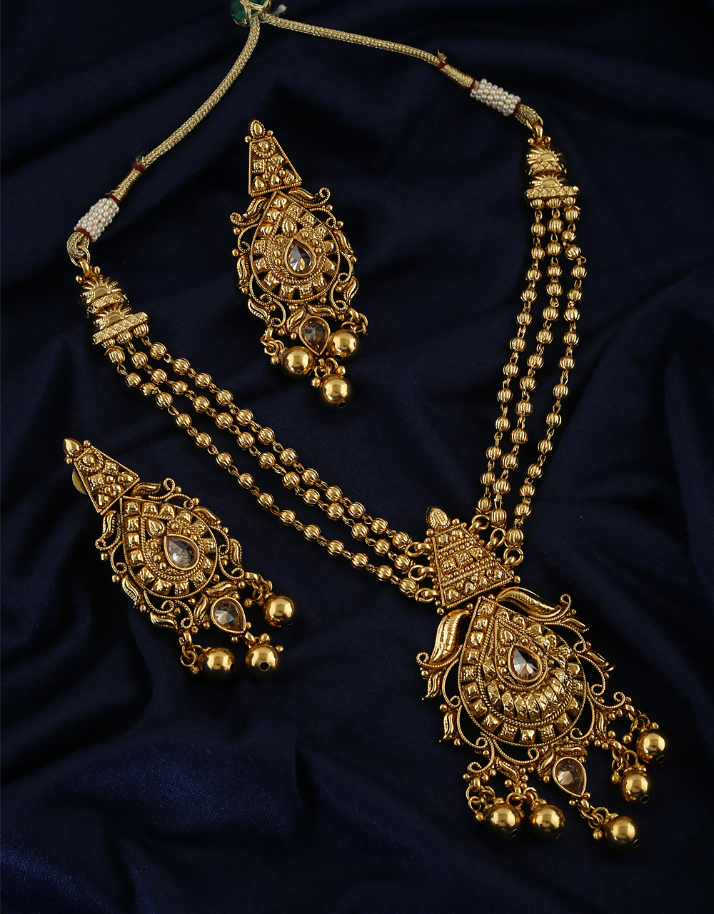 Antique Design With Sparkling Gold Finish Necklace With Pair Earring For Women