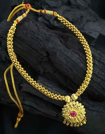 Floral Pendant Dazzling Gold Finished Adorable Thushi Necklace for Women