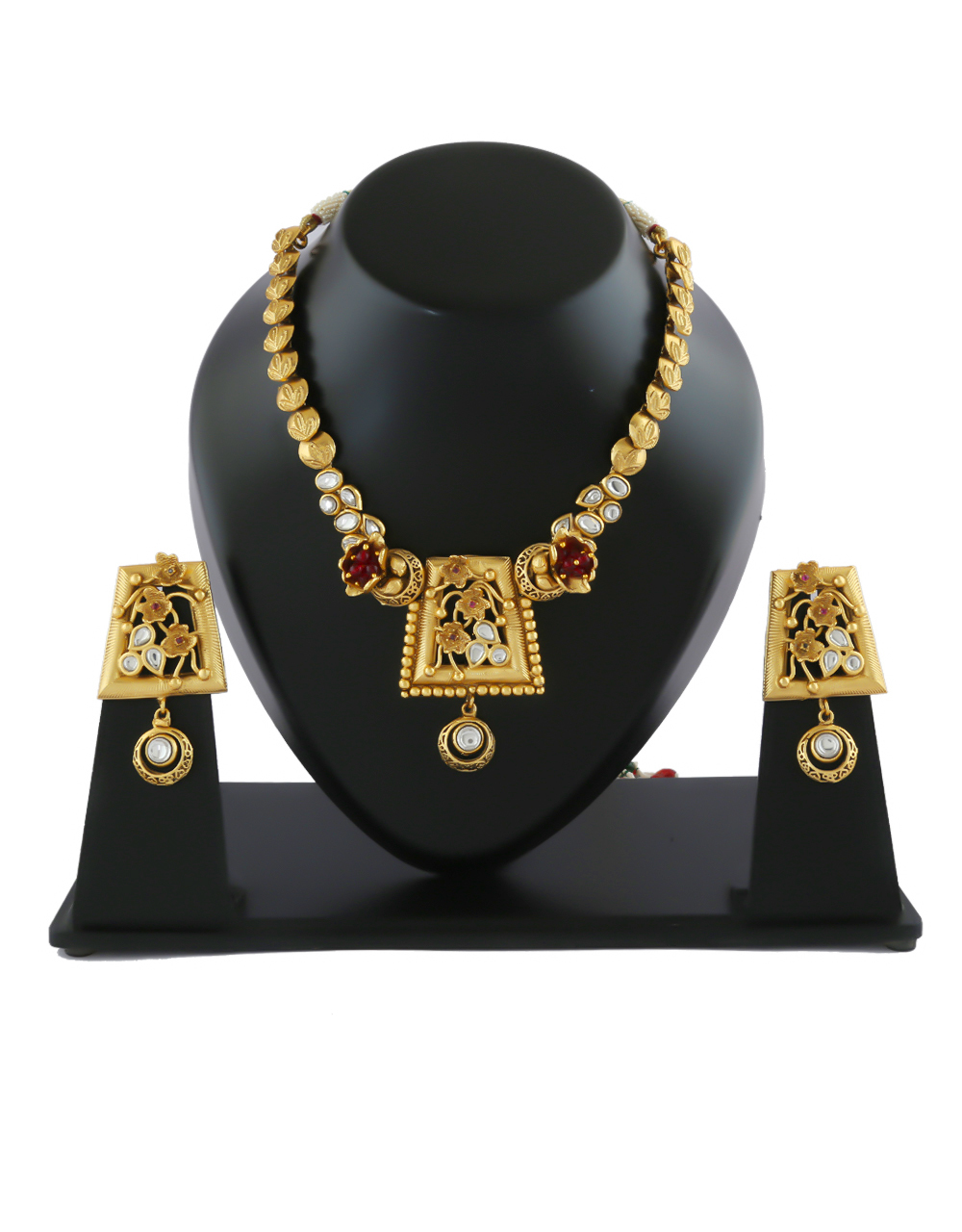 Very Classy Gold Finish Kundan Necklace For Traditional Wear